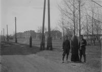 A 10. egészségügyi oszlop katonái az ukrajnai Ovrucs laktanyaépületei előtt, 1943 áprilisában (Dr. Horváth Imre felvétele)