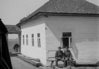 Dr. Horváth Imre tartalékos orvos zászlós és tiszti legénye Sztaskiban, 1943 áprilisában (Dr. Horváth Imre felvétele)