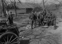 A 10. egészségügyi oszlop tisztjei egy gulyáságyú, illetve bogrács mellett Sztaskiban, 1943 áprilisában (Dr. Horváth Imre felvétele)