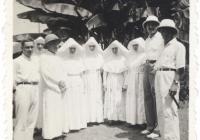 Látogatás a paokingi magyar missziónál (1939. augusztus 18–31.). Balról jobbra: Thun Albin Ottó, Pákozdy Erzsébet Mária Juventia, Erdős Apollinár, Horváth Lujza (vagy Molnár Melinda), Skorka Klára, Golkovszky Erzsébet Bernarda, Hriczu Aléna, dr. Szén József, Bognár Árpád – vsz. Werner Gyula felvétele. (Jelzet: MNL OL K 103-7-Bognár Árpád.)