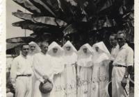 Látogatás a paokingi magyar missziónál (1939. augusztus 18–31.). Balról jobbra: Thun Albin Ottó, Pákozdy Erzsébet Juventia, Erdős Apollinár, Horváth Lujza (vagy Molnár Melinda), Skorka Klára, Golkovszky Erzsébet Bernarda, Hriczu Aléna, Werner Gyula, Bognár Árpád – vsz. Szén József felvétele. (Jelzet: MNL OL K 103-7-Bognár Árpád.)