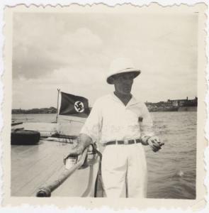 Bognár Árpád egy német felségjelzésű hajó fedélzetén (1939/1940). (Jelzet: MNL OL K 103-7-Bognár Árpád.)