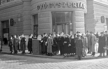 """2019: A gyógyszertárak államosításának első szakasza, avagy Örkény István """"felajánlja"""" gyógyszertárát az államnak Sztálin 70. születésnapjára"""